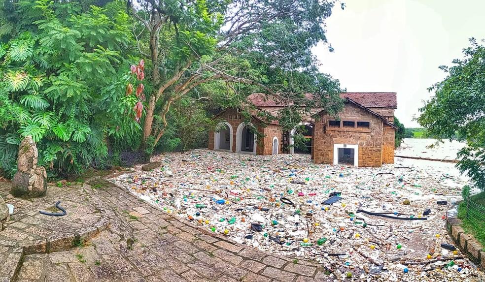 Lixo invadiu Parque de Lavras em Salto — Foto: Anderson Cerejo/TV TEM