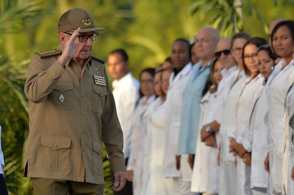 Raúl Castro chega ao cemitério Santa Ifigenia, em Santiago de Cuba — Foto: Reuters/Yamil Lage