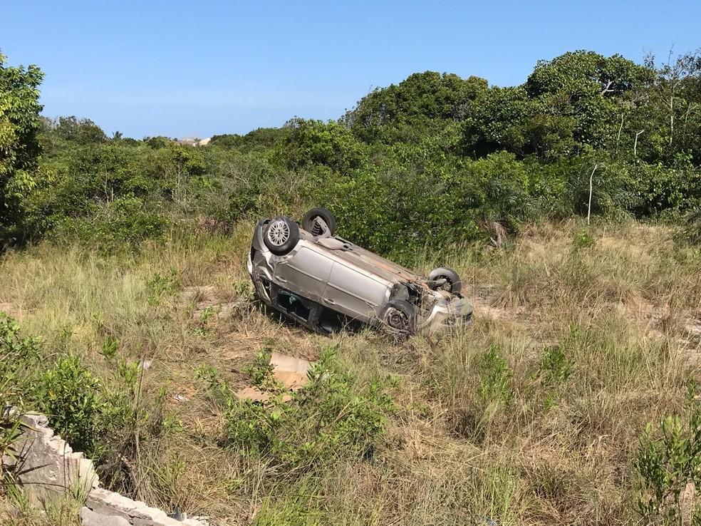 Carro parou com as rodas para o ar, às margens da rodovia do Sol, em Guarapari (Foto: Bernardo Bracony/ TV Gazeta)