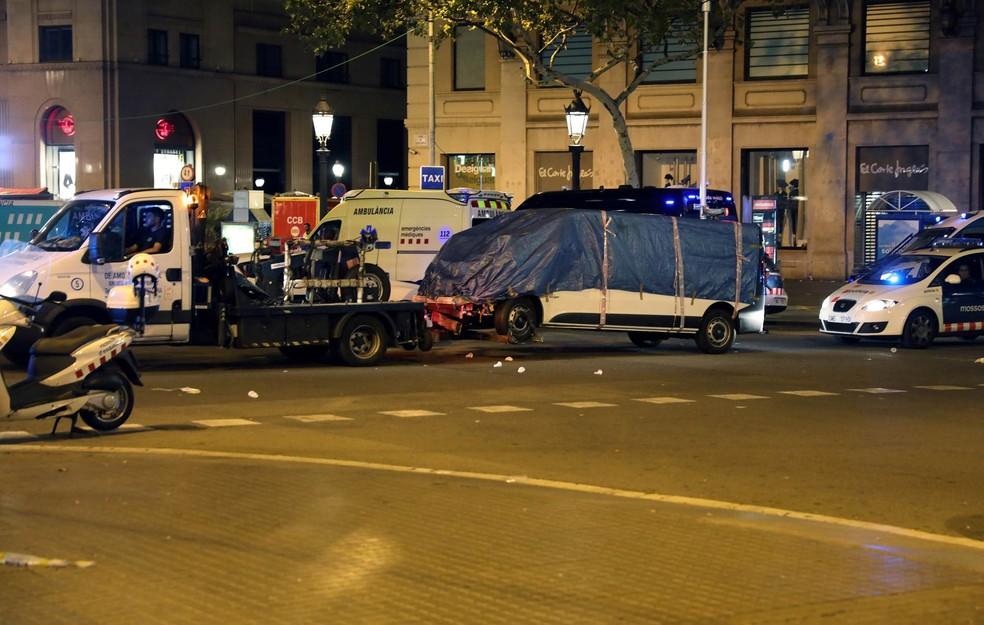 Van usada no ataque terrorista que atropelou dezenas de pessoas é guinchada pela polícia em Barcelona (Foto: Sergio Perez/Reuters)