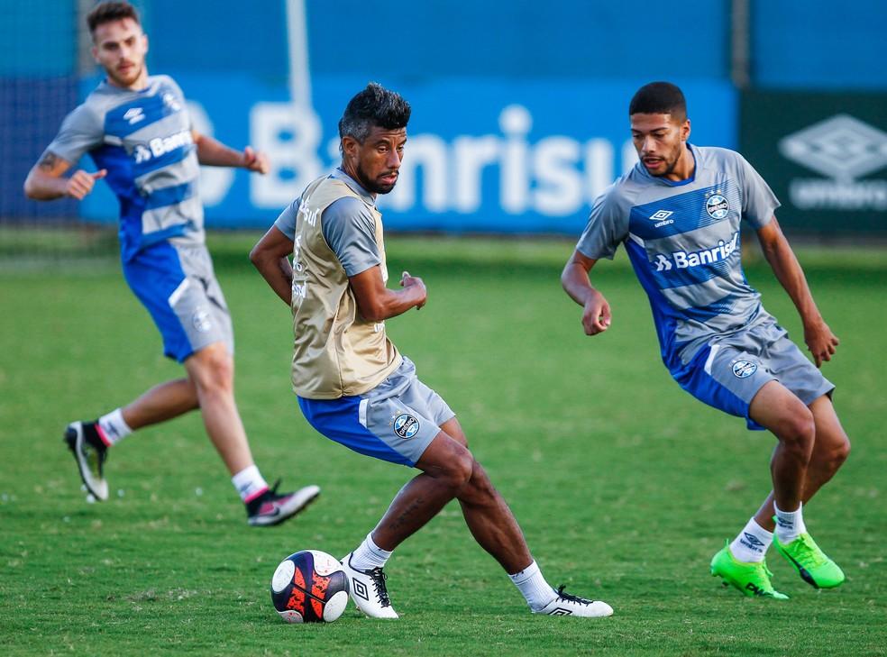 Volante Machado (D) treinou o ano todo com o grupo principal (Foto: Lucas Uebel/Grêmio)