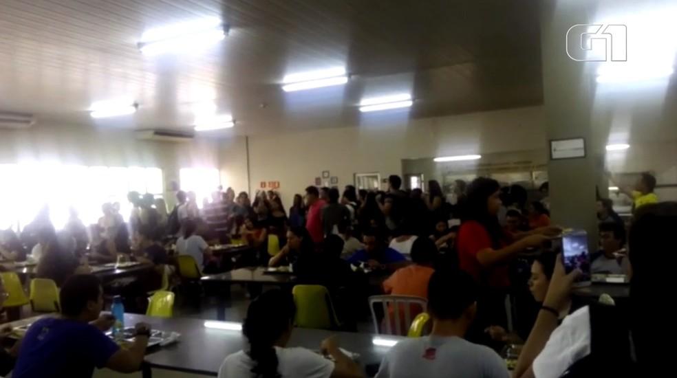 Alunos da UFPAR realizaram o ato no refeitório da instituição — Foto: Reprodução