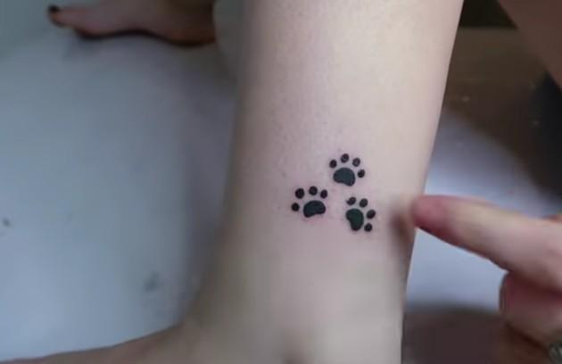 No mesmo dia, fez três tatuagens de patas de cachorro para representar seus pets (Foto: Reprodução)