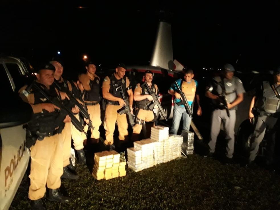 Havia 118 quilos de cocaína e quase 30 quilos de crack dentro do helicóptero (Foto: PM/Divulgação)