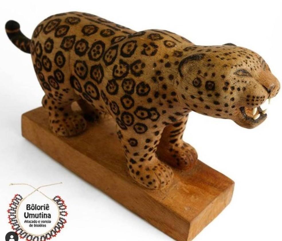 Onça-pintada esculpida em madeira feita por indígenas — Foto: Divulgação