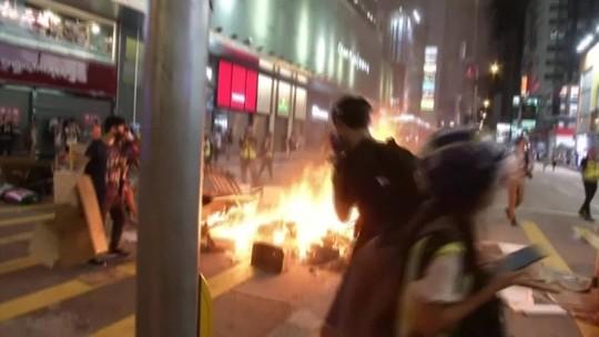Manifestantes voltam às ruas de Hong Kong e tentam invadir aeroporto