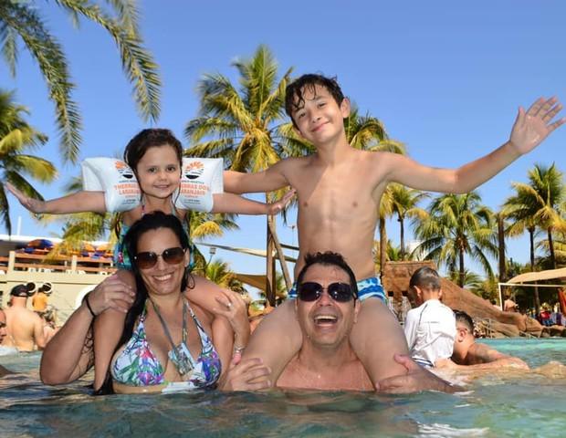 Lais, com o marido e os dois filhos: duas experiências bem diferentes de desmame (Foto: Arquivo pessoal)