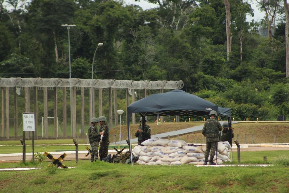 Militares se concentram antes da transferências dos novos detentos ao Presídio Federal de Porto Velho.  — Foto: Pedro Bentes/G1