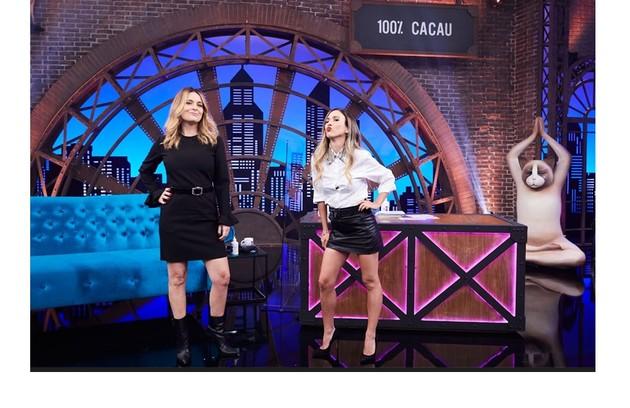Claudia Abreu e Tatá Werneck no palco do novo 'Lady night', do Multishow. Atrás, a placa com o apelido da atriz de 'Desalma' (Foto: Divulgação)