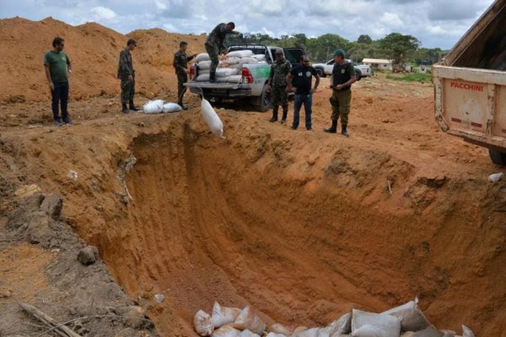 Os produtos foram descartados em uma cova no aterro do Perema (Foto: Divulgação/Semma)