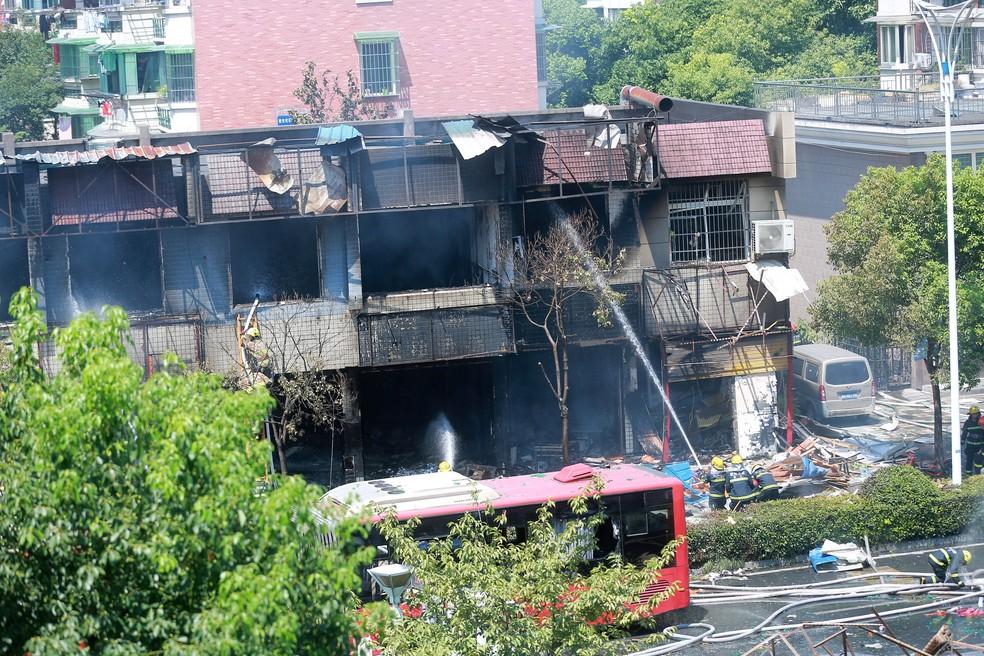Bombeiros tentam conter incêndio em restaurante na China (Foto:  REUTERS/Stringer)