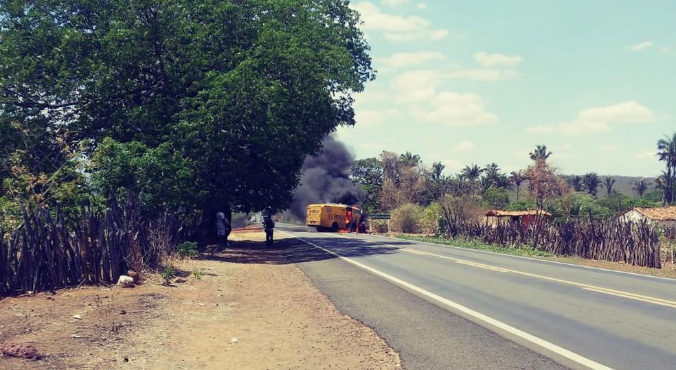 Veículo foi incendiado após bandidos usarem explosivos para abrir cofre, na BR 230 no Piauí — Foto: Divulgação/PM