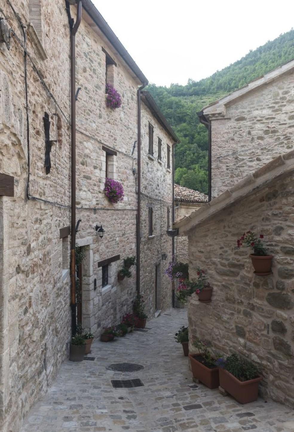 Vista de uma rua da cidade medieval de Piobbico — Foto: Getty Images