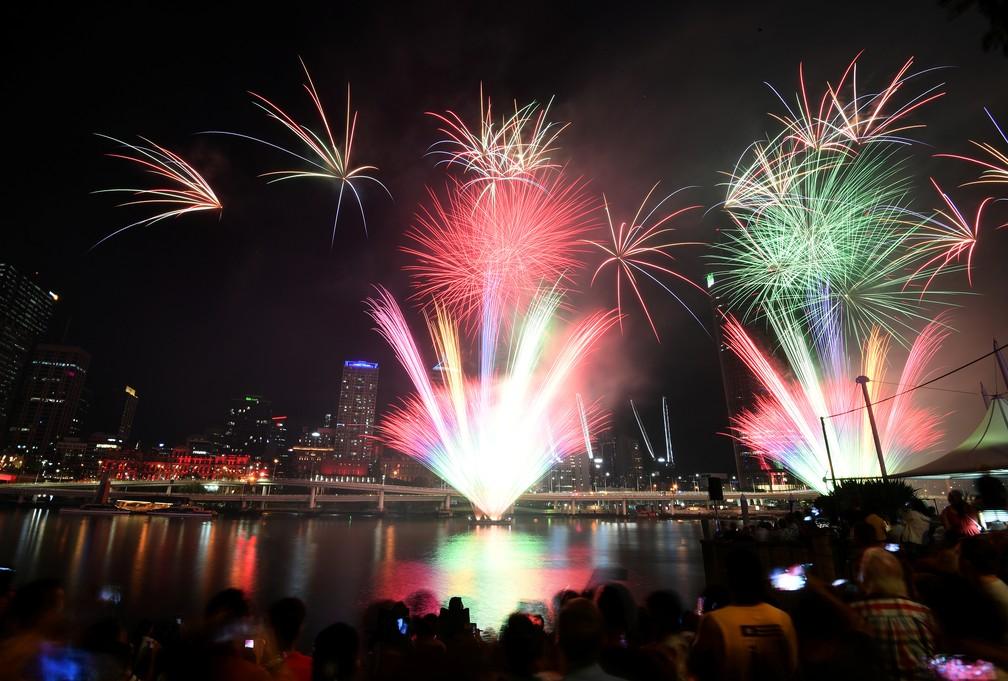 Multidão acompanha a queima de fogos de artifício que marcam as celebrações para a chegada de 2020 em Brisbane, na Austrália — Foto: AAP Image/Dan Peled/via REUTERS
