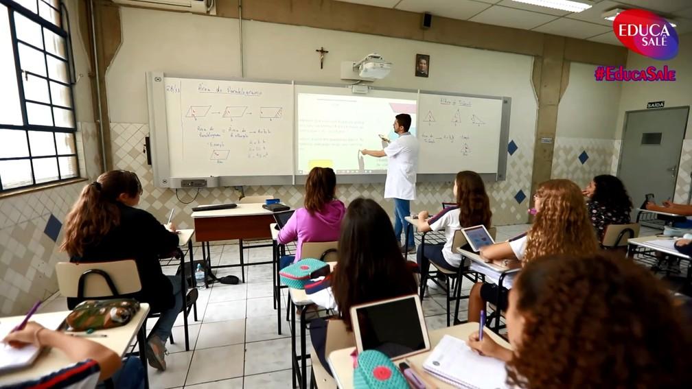 Tecnologia pode aproximar a rotina, em sala de aula, àquilo com que os alunos já estão acostumados na vida real — Foto: Colégio Salesiano/Divulgação