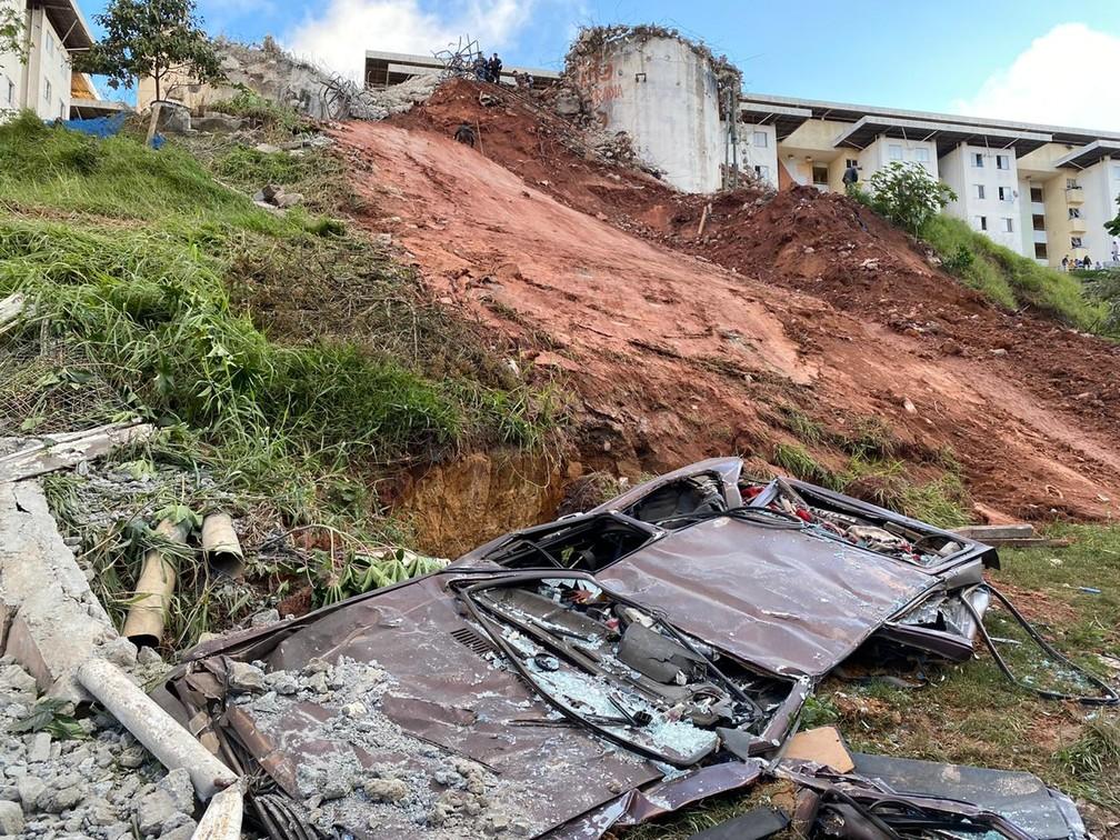 Carro fica completamente amassado após desabamento de caixa d'água de concreto em Diadema, Grande SP, neste domingo (23) — Foto: Abraão Cruz/TV Globo