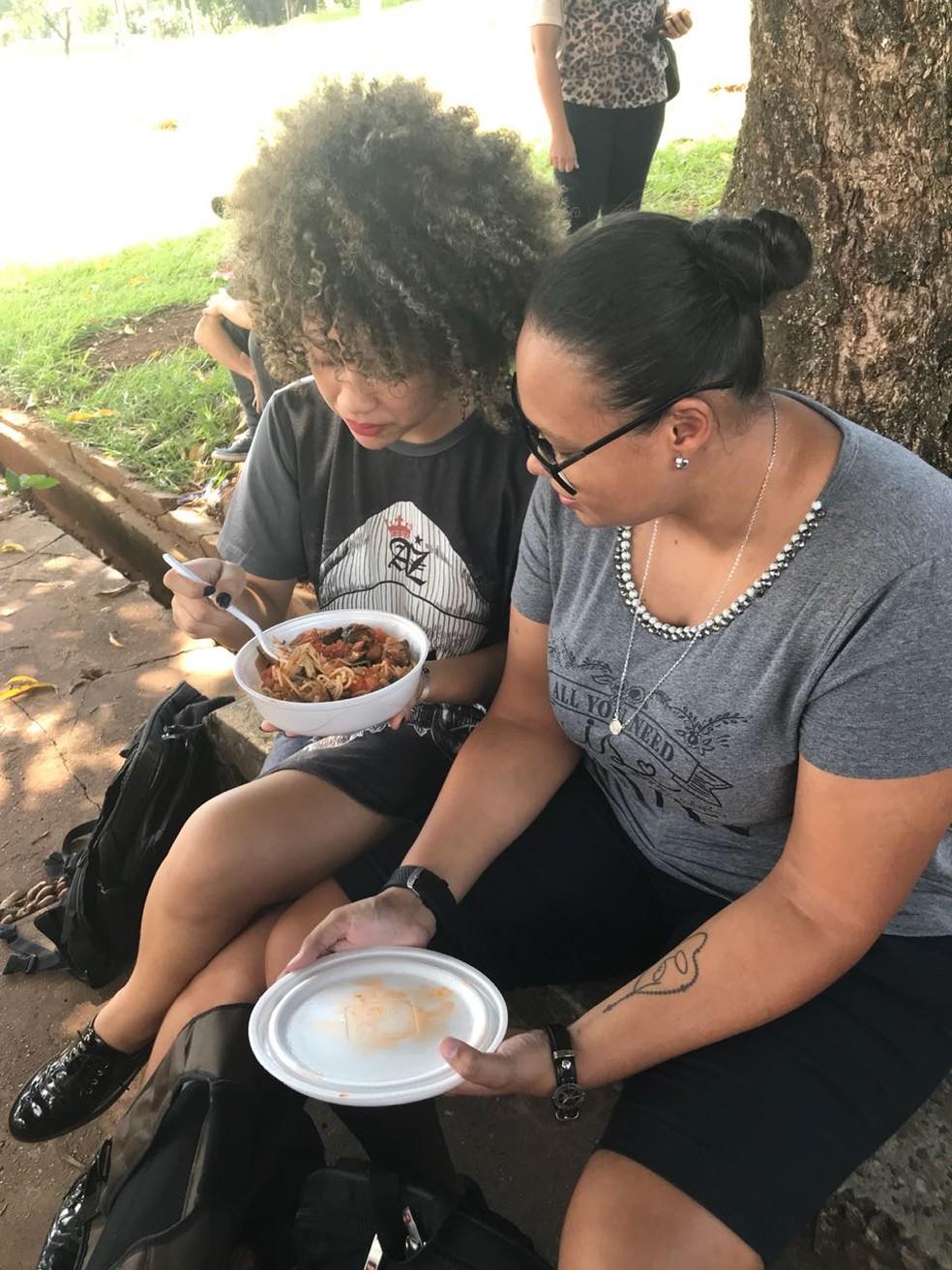 Estudantes com a refeição preparada por alunos da UFMS (Foto: Cláudia Gaigher/ TV Morena)