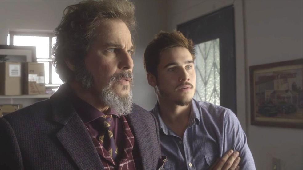 Dom Sabino (Edson Celulari) e Samuca (Nicolas Prattes) ficam chocados com revelação de Lalá (Micael), em 'O Tempo Não Para' — Foto: TV Globo
