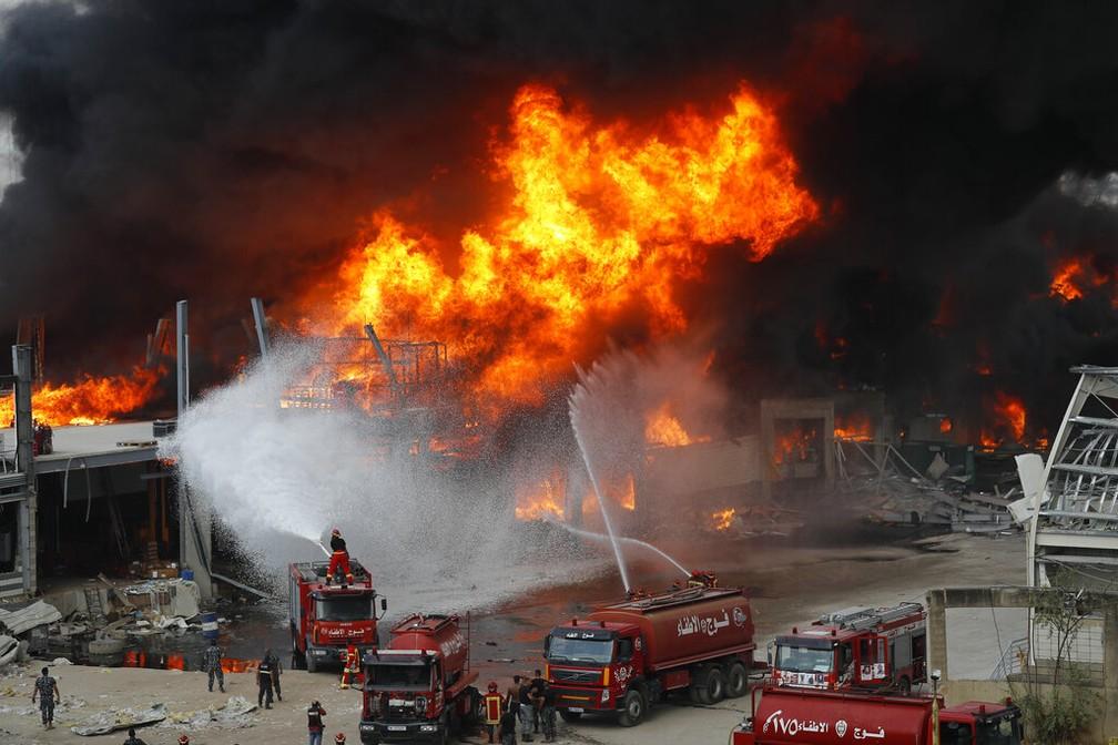 Bombeiros combatem incêndio no porto de Beirute, em 10 de setembro de 2020 — Foto: Hussein Malla/AP