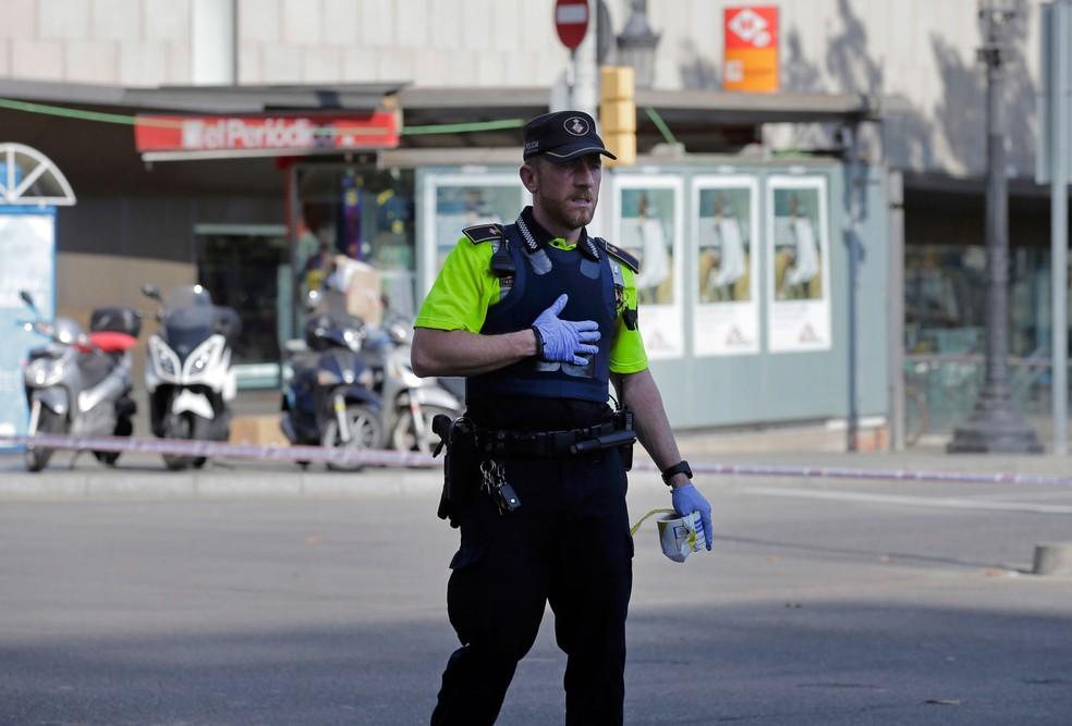 Polícia impede acesso de moradores e turistas ao local (Foto: Manu Fernandez/AP)