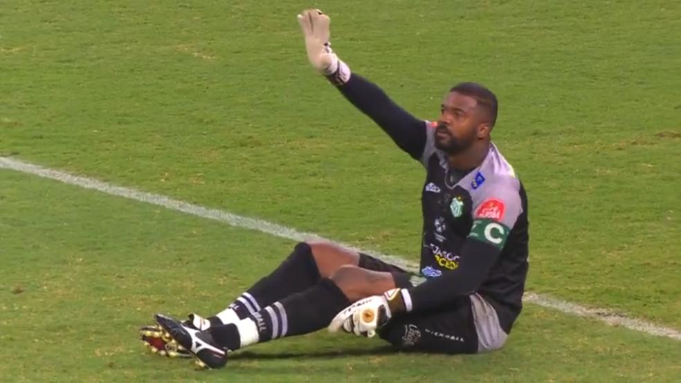 Com lesão no joelho, Felipe não joga mais o Mineiro (Foto: Reprodução/TV Globo Minas)