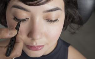 Cílios postiços: Celso Kamura ensina o passo a passo para colar em casa