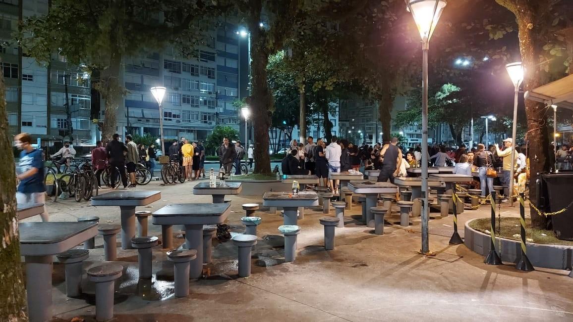 GCM flagra aglomerações na orla de Santos, SP, e multa pessoas que se recusaram a usar máscara