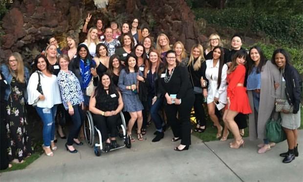 Kim Kardashian (de branco) com amigas da escola (Foto: Reprodução / Instagram)