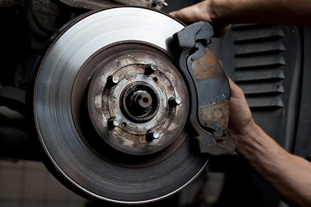 Troca da pastilha de freio (Foto: Shutterstock)