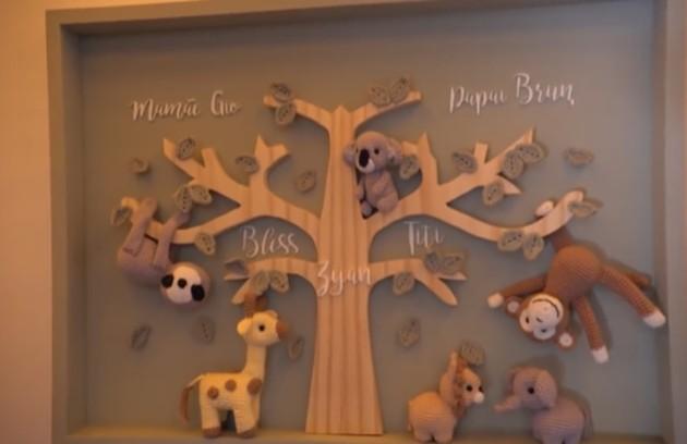 O quarto possui um mural com o nome de cada membro da família (Foto: Reprodução)