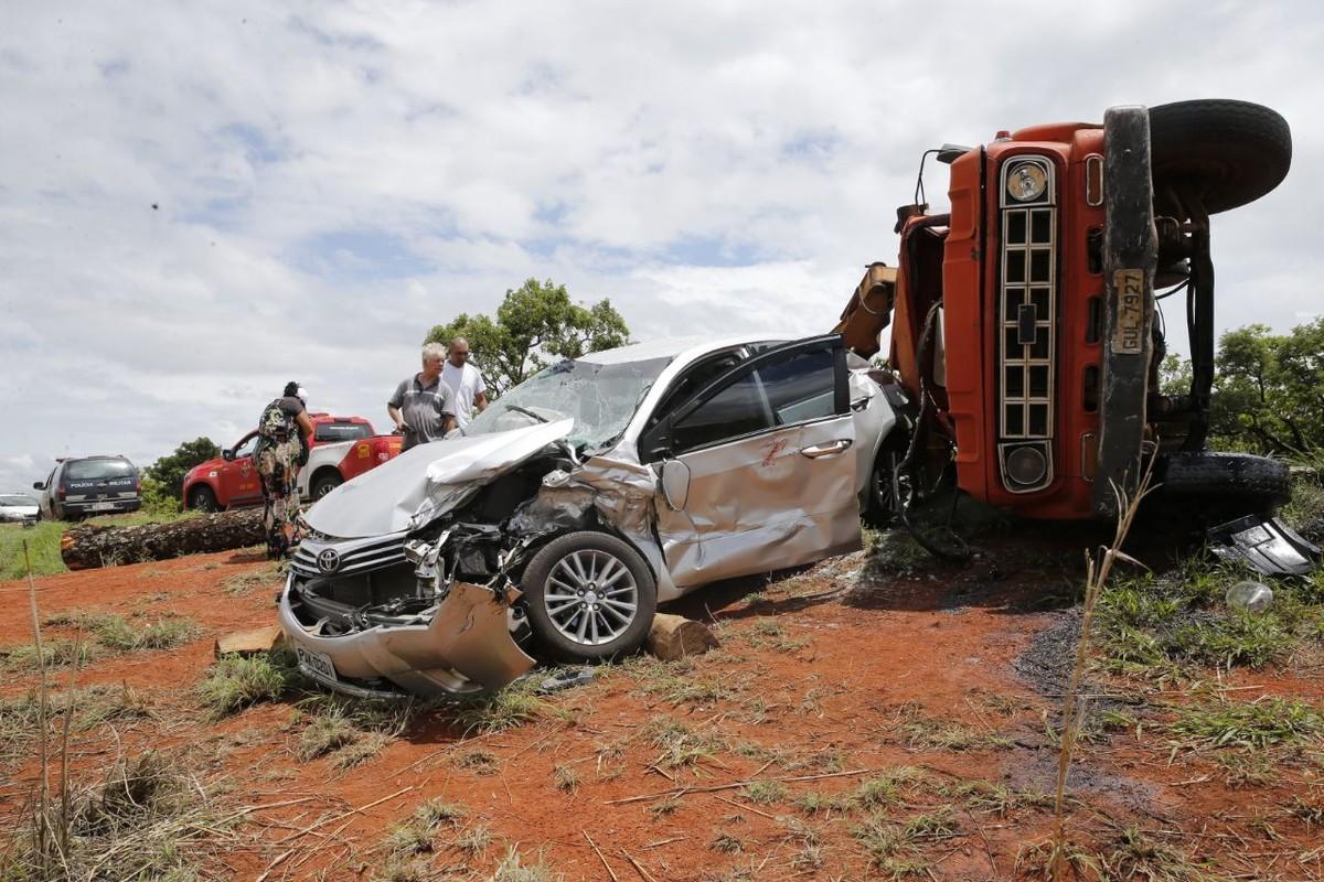 Acidente com caminhão deixa madeira espalhada na pista, no Paranoá, DF