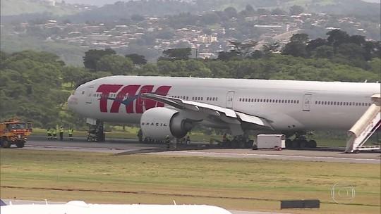 Especialistas comentam o que teria causado apagão no avião que fez pouso de emergência