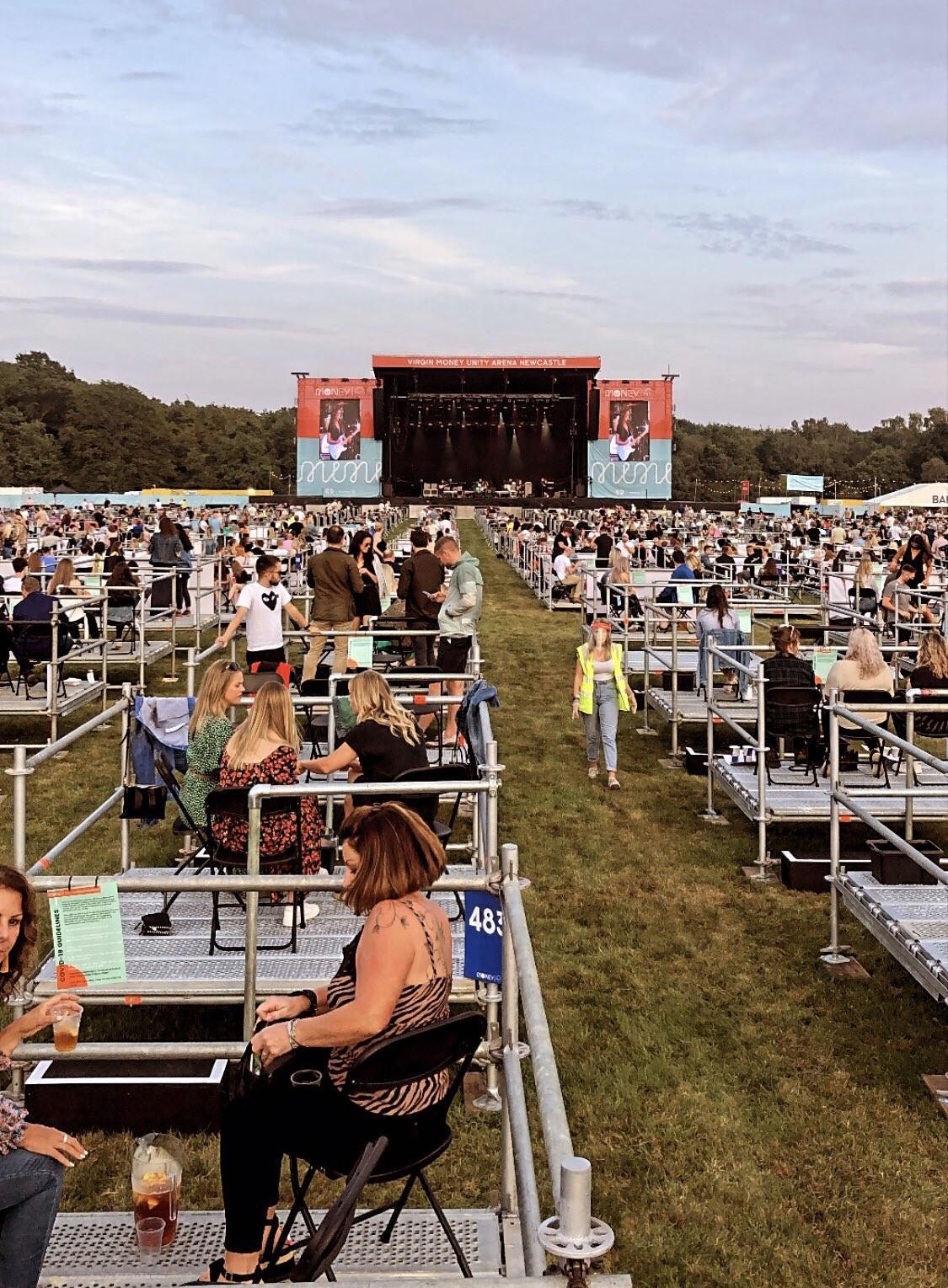 Inglaterra inaugura modelo de show em arena aberta com fãs em 'cercas'; veja imagens