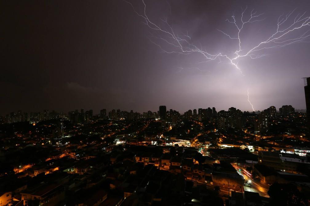 Davidson das Neves Magalhães registrou uma tempetade noturna no meio da cidade de São Paulo, com ramificações horizontais — Foto: Davidson das Neves Magalhães/Inpe