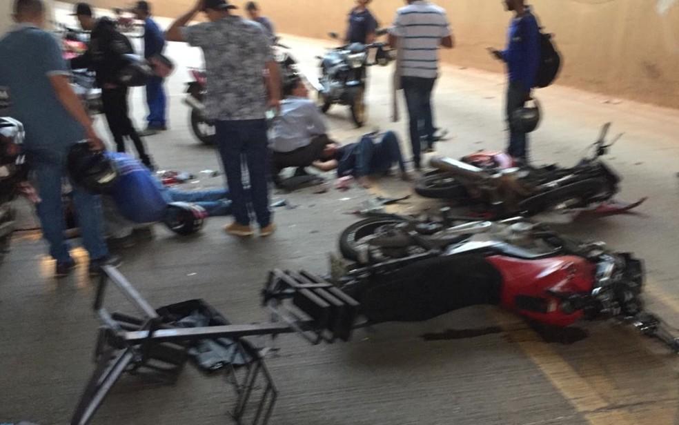 Motociclistas ficaram feridos em acidente debaixo de viaduto em Goiânia — Foto: Clayson dos Santos Souza/ TV Anhanguera.