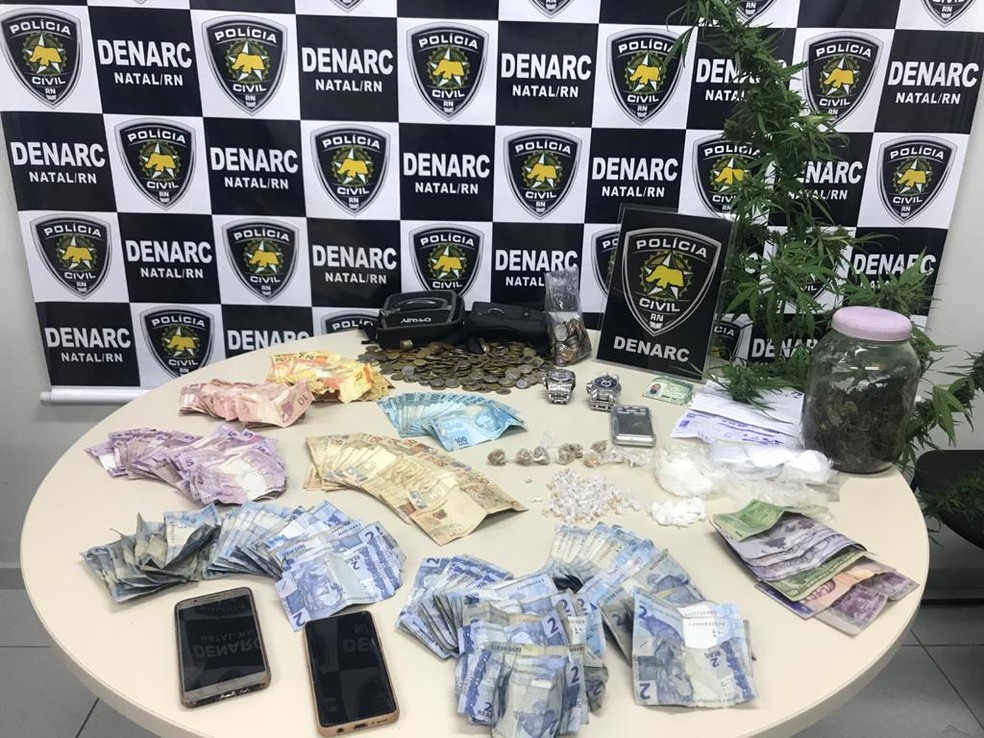 A polícia apreendeu drogas, R$ 10 mil em dinheiro e um pé de maconha em Ponta Negra, Zona Sul de Natal — Foto: Polícia Civil/Divulgação