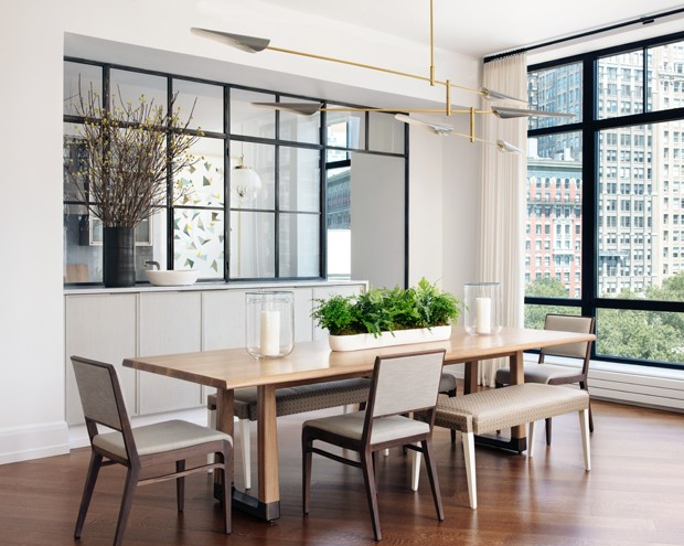 Marcenaria e caixilhos de metal e vidro dividem ambientes neste projeto (Foto: Nick Johnson/ Divulgação )