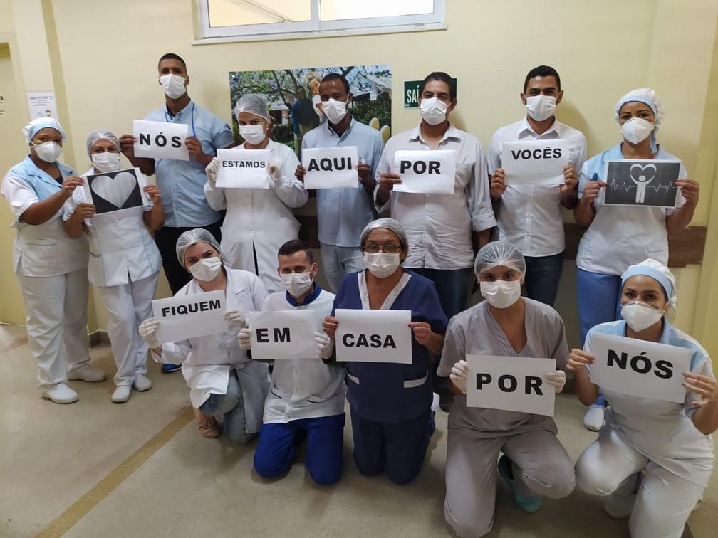 Profissionais de saúde da Unidade de Pronto Atendimento (UPA) de Vitória da Conquista (BA) posa em campanha pela quarentena — Foto: Fernanda Andrade/Arquivo pessoal via VC no G1