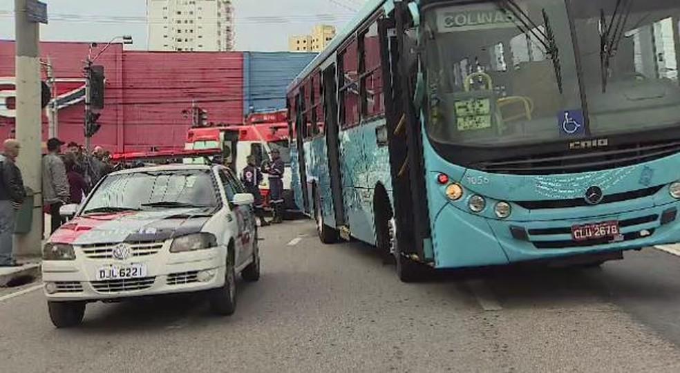 Idosa de 68 anos morre atropelada por ônibus em São José dos Campos (Foto: Reprodução/ TV Vanguarda)