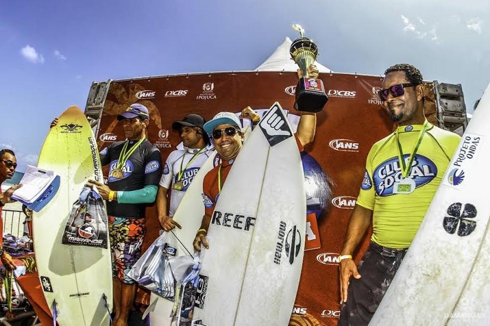Fábio Gouveia segue disputando competições de surfe, agora na categoria master (Foto: Claudio Damangar)