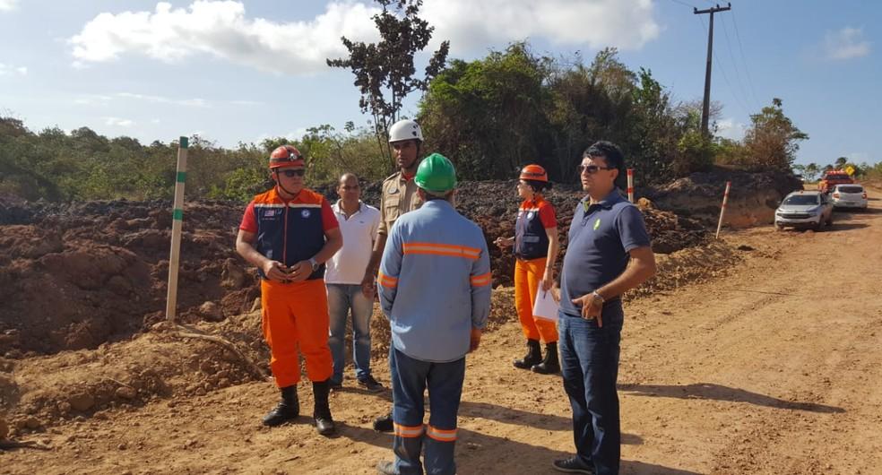 Equipes da Defesa Civil estiveram nesta segunda (5) em Godofredo Viana após o deslizamento de rejeitos da Mineradora Aurizona — Foto: Neto Weba