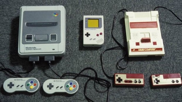 Videogames da Nintendo Super Famicon, Gameboy e Game Machine, de 1992 (Foto: Getty Images)