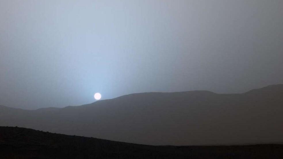 Céu em Marte é vermelho durante o dia e azul à noite (Foto: Nasa)