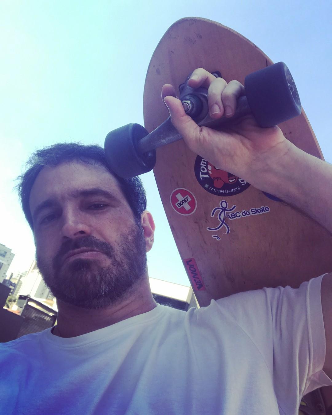 Caco Ciocler posa com skate (Foto: Reprodução / Instagram)