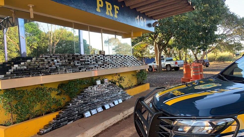 PRF encontrou 450 tabletes de cocaína em fundo falso de caminhão — Foto: PRF/Divulgação
