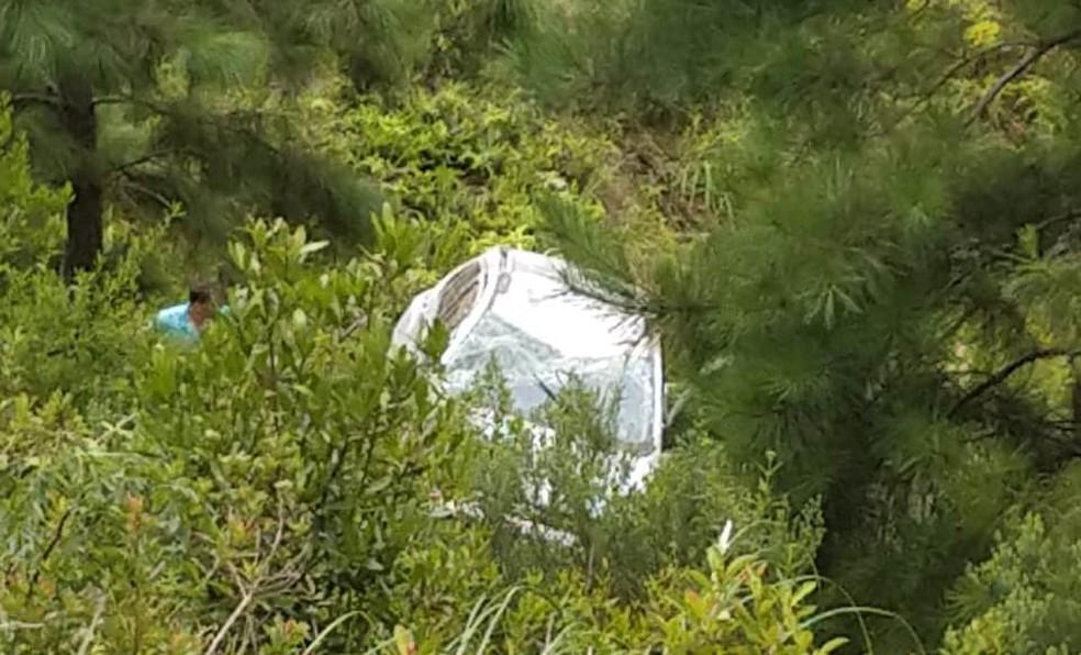 Carro caiu em barranco após se envolver em acidente com outro carro e um caminhão na BR-282 em SC — Foto: Bombeiros/Divulgação