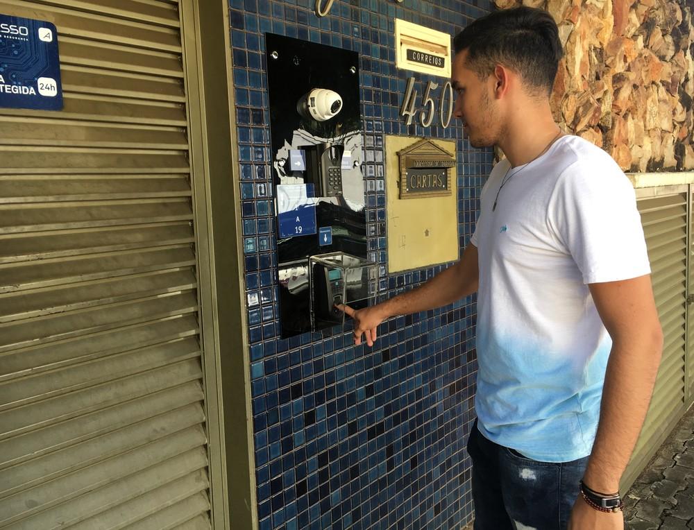 Célio Borges Filho, morador de um condomínio                usa o sistema de biometria no bairro Vila São João em Goiânia, Goiás (Foto: Vanessa Chaves/G1)