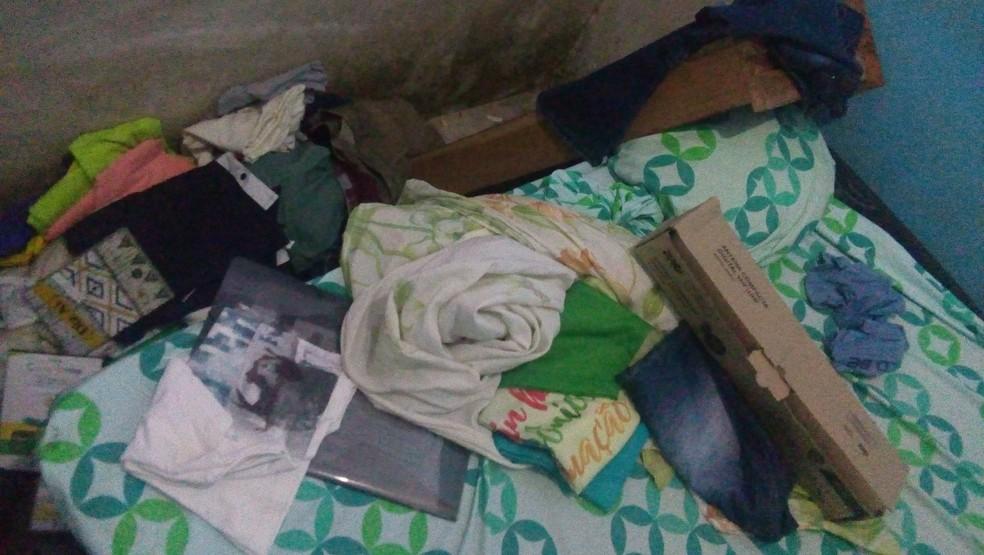 Jornalista diz que teve casa invadida e revirada pela polícia  — Foto: Reprodução/Facebook