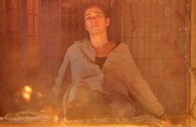 Tereza Cristina colocará fogo no cativeiro de Griselda (Lilia Cabral) para tentar matá-la, mas Antenor (Caio Castro) salvará a mãe (Foto: Reprodução)