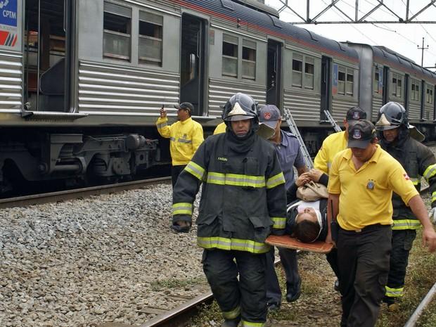 Bombeiros retiram feridos do local do acidente com trem da CPTM (Foto: Célio Campos/Futura Press/Estadão Conteúdo)
